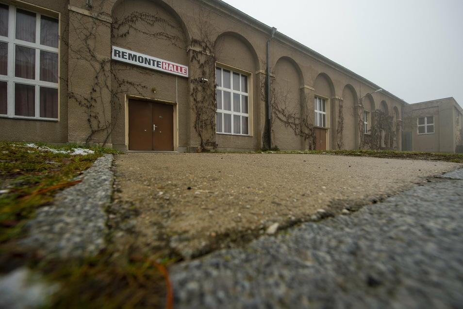 Die Remontehalle in Großenhain soll als Eventlocation sogar bis zu 1.800 Gästen Platz bieten. Doch ein möglicher Meißner CDU-Parteitag an dieser Stelle mitten in der Pandemie gerät jetzt immer stärker in die Kritik.