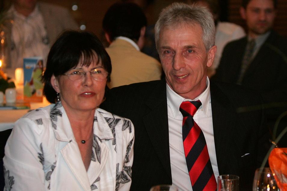 Immer an seiner Seite ist Frankes Ehefrau Maria, die ihn schon als Jugendtrainer beim FC Karl-Marx-Stadt unterstützt hat. Weil er damals keinen Mannschaftsleiter hatte, übernahm sie kurzerhand die Aufgabe.