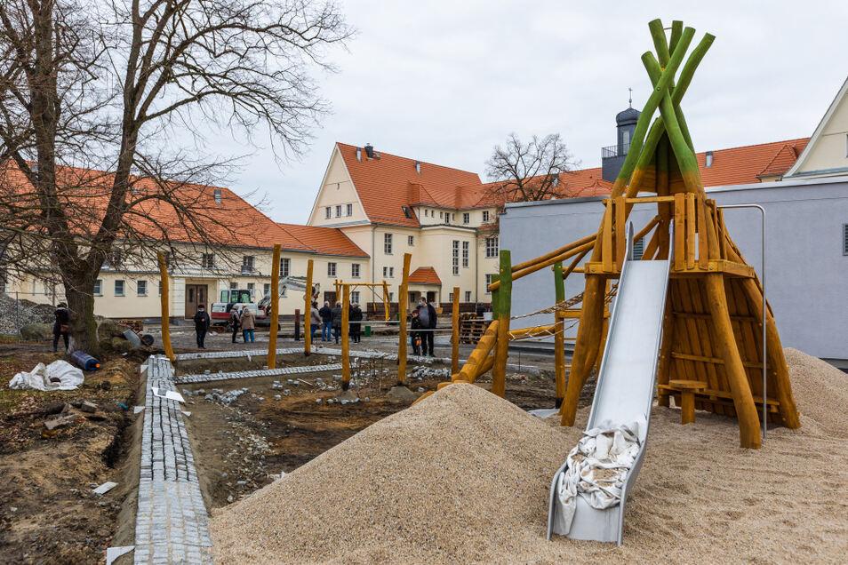 Zur Gestaltung der Außenanlagen, bei der noch reichlich zu tun ist, gehört auch dieser Abenteuerspielplatz.