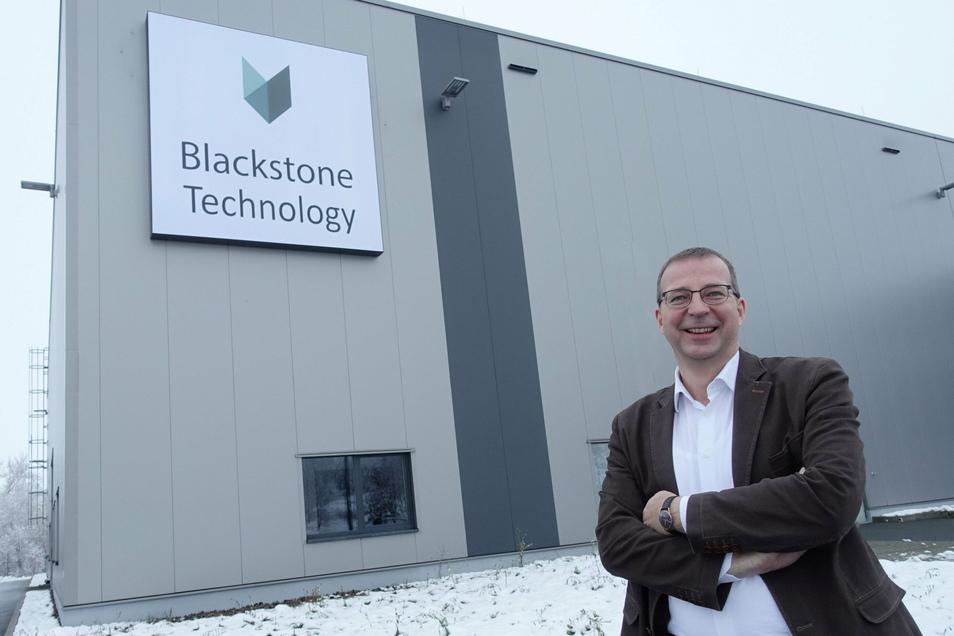 Holger Gritzka, Geschäftsführer von Blackstone Technology, steht vor der Fertigungshalle im Gewerbegebiet Am Fuchsloch, das zwischenzeitlich von der Firma Cotesa genutzt worden war. Im Herbst 2020 ist Blackstone eingezogen.