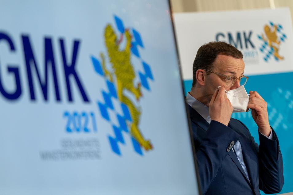Bundesgesundheitsminister Jens Spahn (CDU), nimmt an der abschließenden Pressekonferenz nach der Gesundheitsministerkonferenz in München teil.