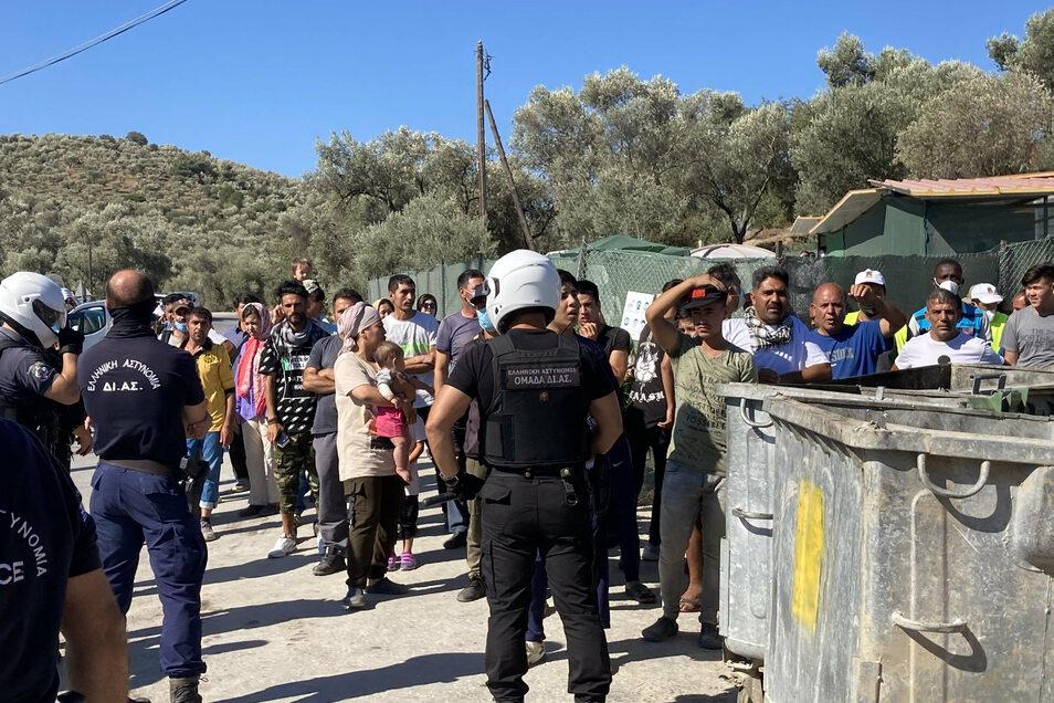 Sicherheitskräfte schirmen in Moria Flüchtlinge vom Besuch aus NRW ab.