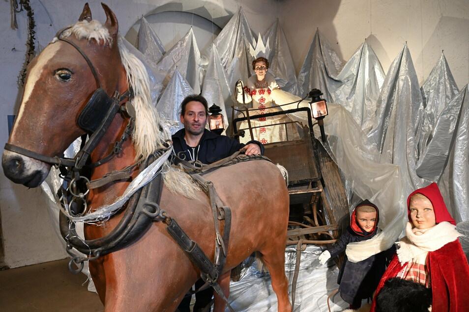 Im Landschloss Zuschendorf ist die Schneekönigin zu Gast, eine Szene, die Mitarbeiter Robert Marutz mit aufgebaut hat, und die gerade keiner sehen darf.