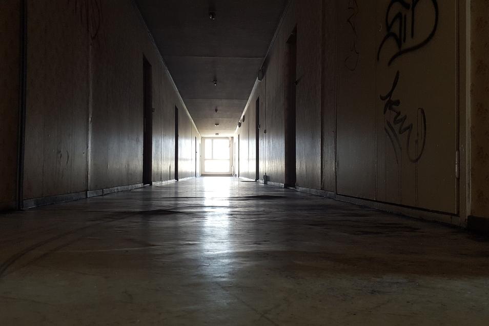 Endlos lange und dunkle Flure haben das Innere des Hochhaus geprägt, bis die Bewohner im Winter 2018 ausziehen mussten.