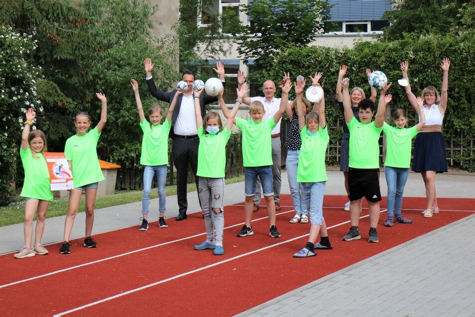 Sportbegeistererte Schüler der 3. Grundschule Riesa präsentieren ihre Auszeichnung. Dahinter (v.r.) Schulleiterin Silvia Bretschneider, Sabine Nitsche (Sportkoordinatorin), Sportlehrerin Bärbel Nöbel, Thomas Hildebrandt (Lasub) und OB Müller.