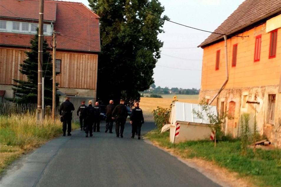 Die bewaffneten und zum Teil vermummten Männer in Schwarz rückten kurz vor 5.45 Uhr an.