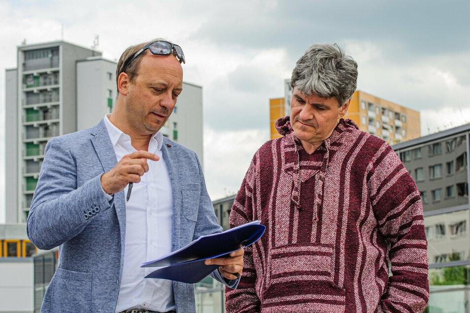 Komponist Markus Lehmann-Horn (l.) und Sinfoniker-Chef Markus Rindt bei der Detailplanung auf dem Parkdeck des Prohliszentrums.