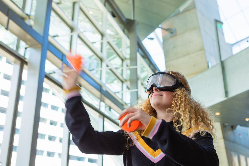 Spaß mit ernstem Hintergrund: Lilly Pinter aus Radeberg versucht bei einem DAK-Präventionstag in Dresden, trotz Rauschbrille eine Dosenwand zu treffen. Die Brille trübt den Blick und verändert die Wahrnehmung.
