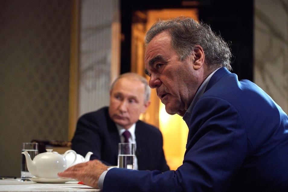 Oliver Stone (r), US-Regisseur, interviewt Putin im Juni 2019 für seine Dokumentation über die Ereignisse in der Ex-Sowjetrepublik nach den Protesten auf dem Unabhängigkeitsplatz in Kiew vor fünf Jahren.