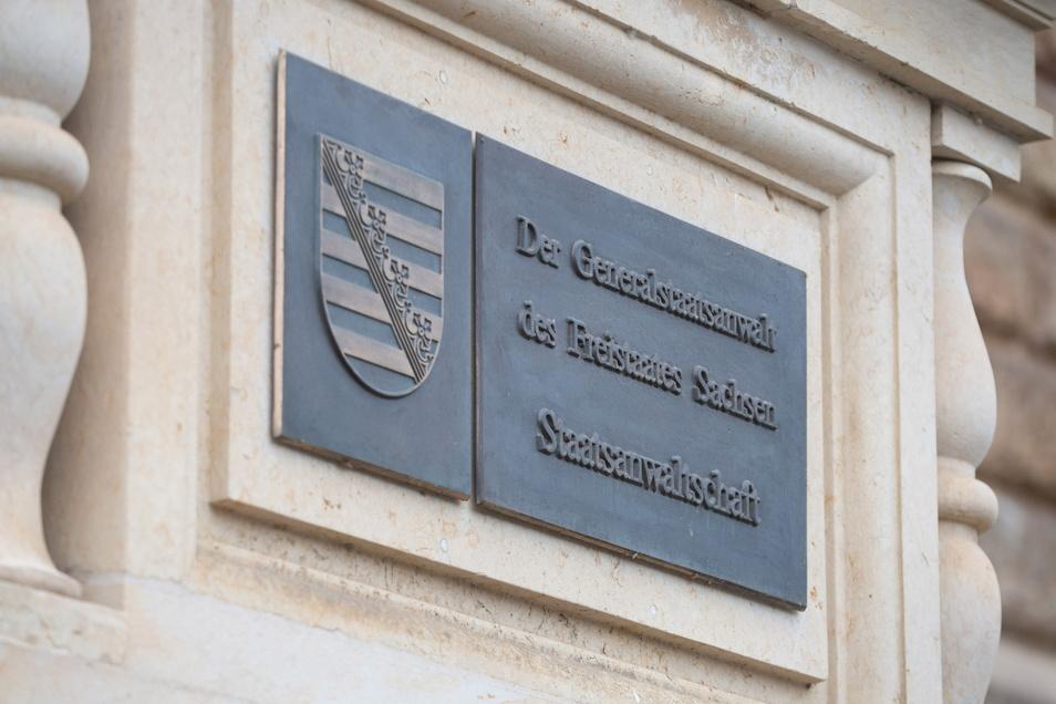 Vor der Jugendkammer des Landgerichts Dresden wird Anklage gegen einen jungen Mann unter anderem wegen schwerer räuberischer Erpressung erhoben.