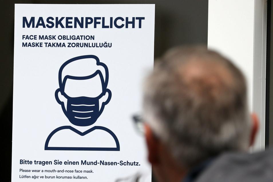 Hier gilt Maskenpflicht: Dieses Schild begegnet uns im Alltag überall. Doch ob kontrolliert und bestraft wird, ist von Bundesland zu Bundesland unterschiedlich.