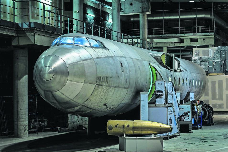 """Vor 60 Jahren startete erstmals die """"152"""", der in Dresden gebaute erste deutsche Passagierjet. Der Rumpf der abgestürzten Legende steht am Dresdner Flughafen. Besucher können vom 5. bis 9. Dezember jeweils 16 Uhr an Bord gehen."""