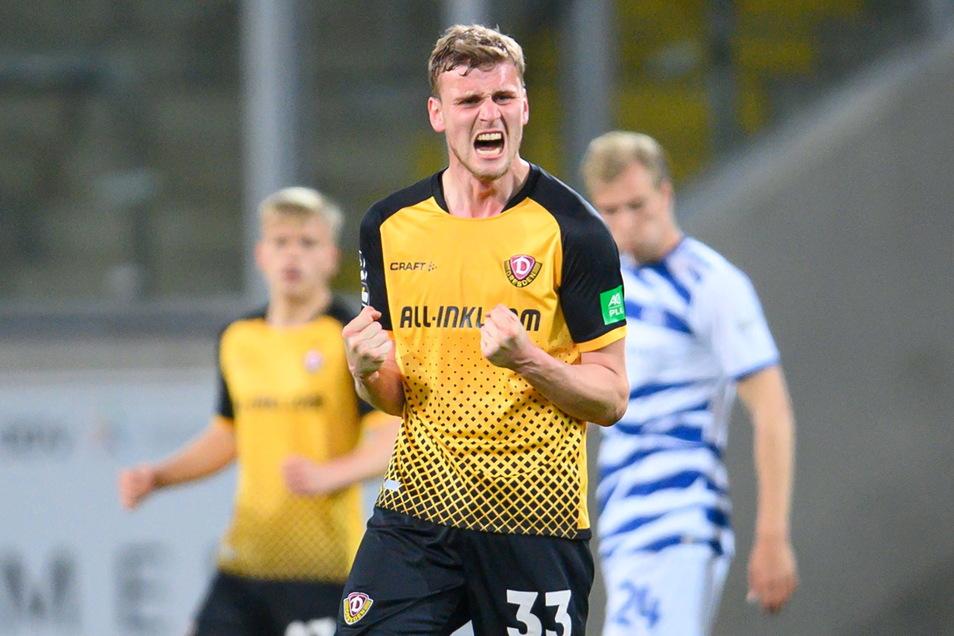 Mit dem Abpfiff müssen die Emotionen noch mal raus. Christoph Daferner ballt die Fäuste. Sein Treffer besiegelt Dynamos 1:0-Sieg gegen Duisburg.