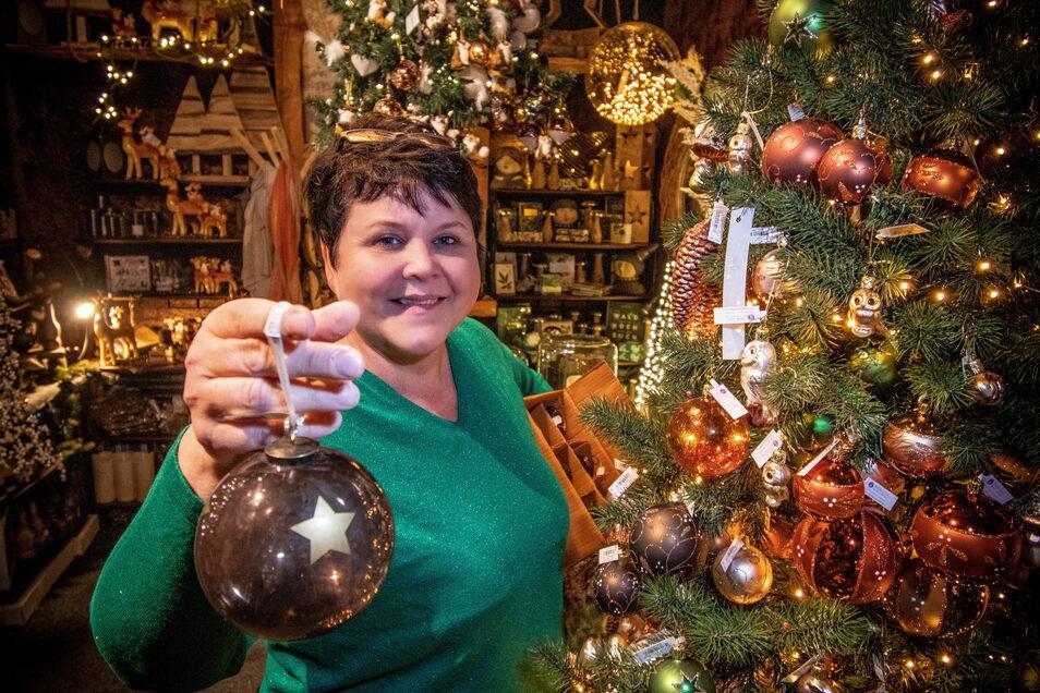 Reichlich drei Monate nach dem Brand: Susann Munz dekoriert für die Eröffnung der Wundervollen Weihnachtswelt.