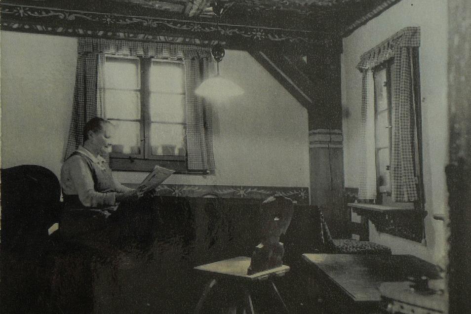 Im Archiv fand Gerlind Alius ein historisches Foto des Hexenhauses. Auf dem Bild sind die Verzierungen auf dem Balken zu sehen, die sie nun wieder entdeckt hat.