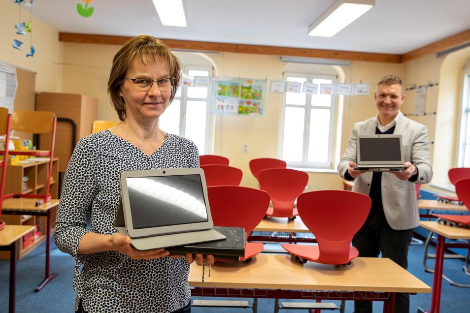 Katrin Richter, Leiterin der Grundschule Königstein, und Bürgermeister Tobias Kummer, konnten sich im März über neue Tablets für die Schüler freuen. Nun sollen auch die Lehrer ausgestattet werden.