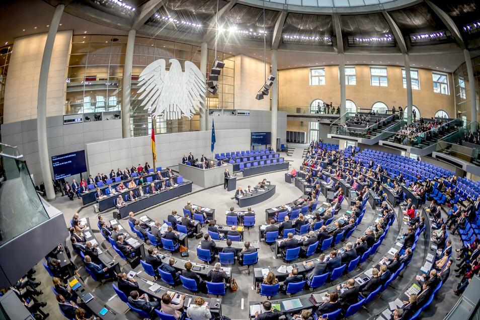 In Deutschland werden Entscheidungen von gewählten Volksvertretern wie denen im Bundestag getroffen.