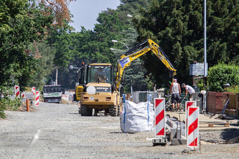 Die Mortkaer Straße in Koblenz ist eine Baustelle. Momentan wird der Gehweg (rechts im Bild) gepflastert. Noch vor den Sommerferien kommt Asphalt für die Fahrbahn.