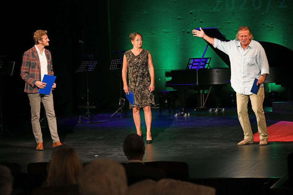 Mit Abstand standen die Schauspieler am Sonntag auf der Bühne des Döbelner Theaters. So geht es auch bei den nächsten Veranstaltungen der neuen Spielzeit weiter. Dafür weckte das Ensemble bei den Zuschauern Verständnis.