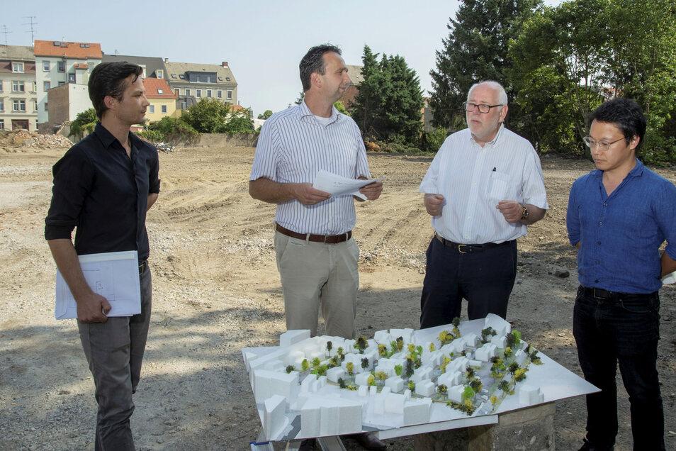 Bereits im Sommer 2019 stellte Investor Gunnar Thies (2.v.r.) gemeinsam mit seinen Architekten Robert Wunder (l.) und Hyungi Jung (r.) Riesas OB Marco Müller seine Pläne fürs Brauereigelände vor.