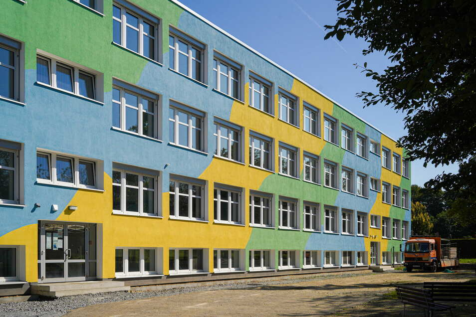 Die Fassade an der Rückseite der Oberschule in Neukirch ist bereits fertig saniert. An der Vorderseite können die Arbeiten erst beginnen, wenn Mauersegler nicht mehr brüten.