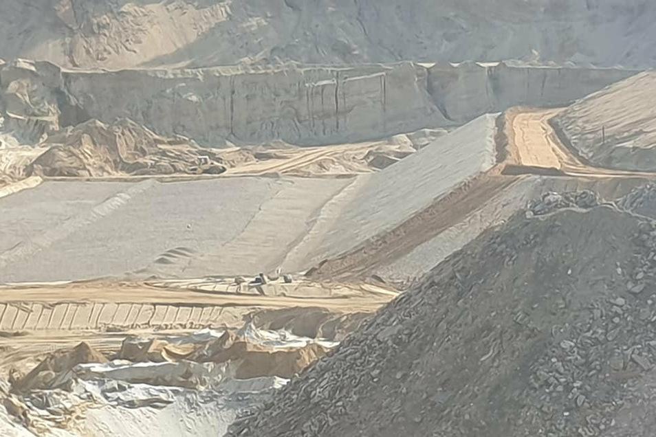 Dreieinhalb Hektar groß ist der Straucher Tagebau. Der schon ausgekieste Bereich wird jetzt für eine Deponie ausgekleidet.