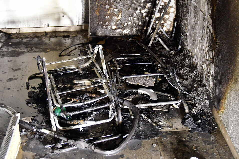 Völlig abgebrannt war der Kinderwagen im Hausflur, den Unbekannte angezündet hatten.