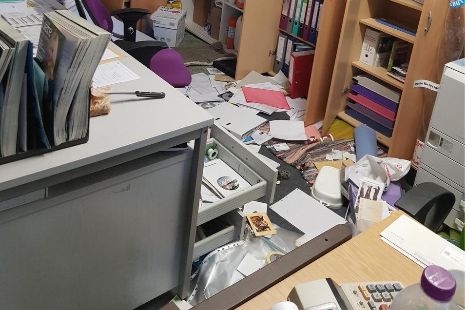 Die Diebe durchwühlten die Büroräume.