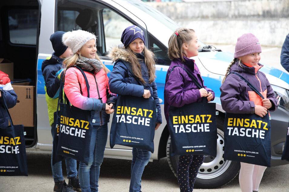 Die Kinder, die in einer Chemnitzer Grundschule in Notbetreuung sind, haben gebastelten Geschenke an die Polizei verteilt und dafür Gegengeschenke erhalten.