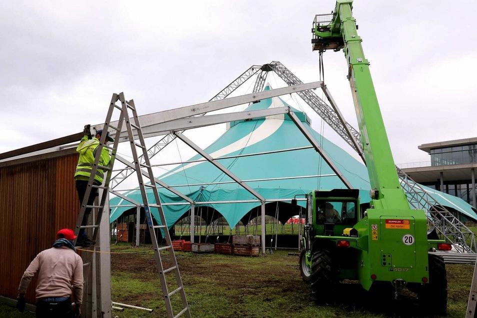 Am Freitag hat Magier André Sarrasani begonnen, sein großes Zelt neben dem Congress Center Dresden abzubauen.