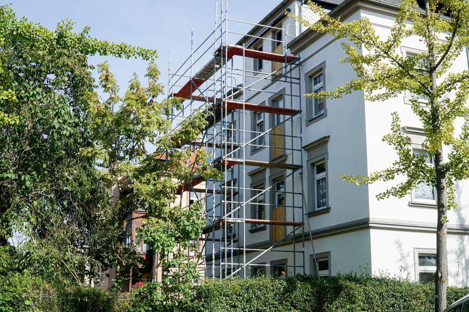 An der Westseite des Eckhauses Paulistraße/Thomas-Mann-Straße in Bautzen sind jetzt alle Balkone abgebaut worden. Der oberste Balkon war Anfang September abgestürzt.