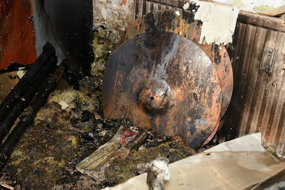 Teile des Schlagzeuges mit Brandspuren.