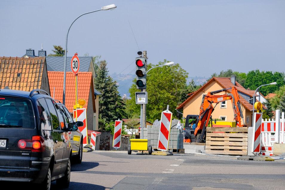 Vom Auer kommend, die erste Ampel an der Moritzburger Straße in Weinböhla. Der Bau kommt sehr zügig voran, derzeit werden die Fußwege erneuert. Auch eine neue Asphaltdecke soll aufgebracht werden.