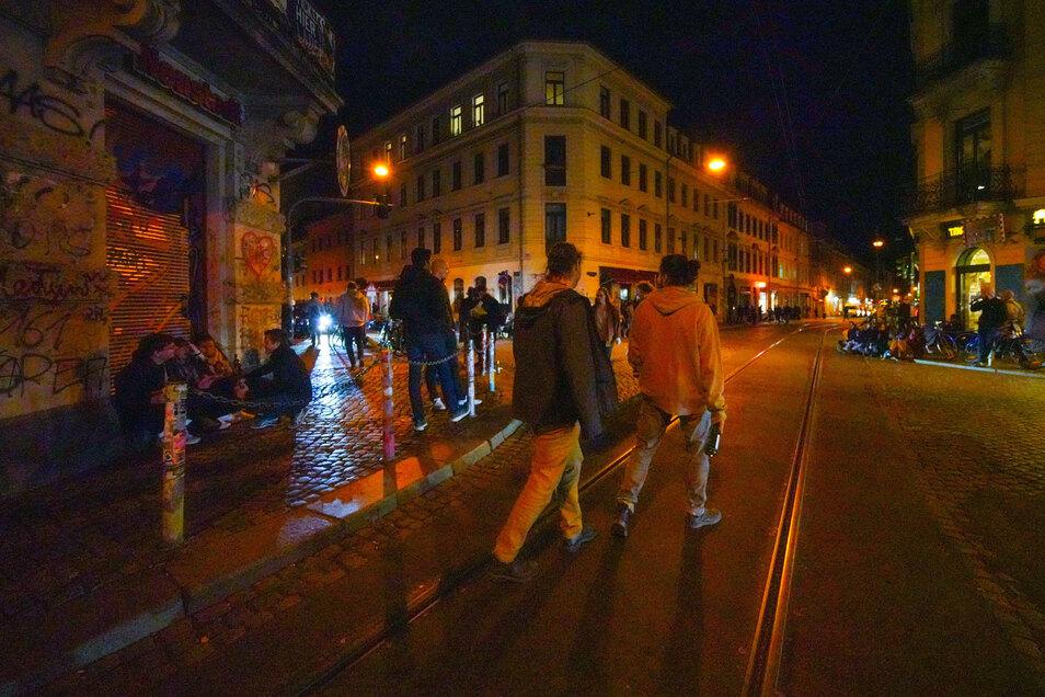 Am sogenannten Assi-Eck in der Dresdner Neustadt kommen in vielen Nächten weder Autos noch Straßenbahnen gefahrlos durch die Feiernden. Nun bringt Ordnungsbürgermeister Sittel ein Alkoholverbot ins Spiel.