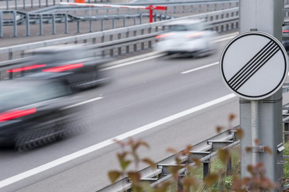 Mit weit mehr als 200 km/h raste ein BMW-Fahrer über die Dresdner Autobahn. Nun muss er sich vor Gericht verantworten.