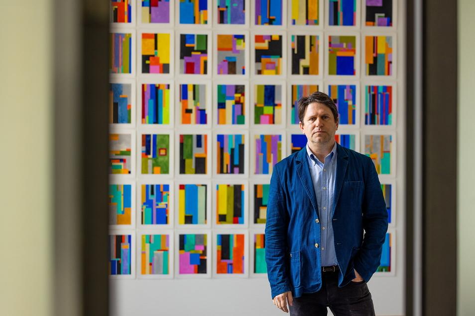 Anton Ginzburg, Stipendiat des Schaufler Lab an der TU Dresden, in seiner Ausstellung in der Kustodie.
