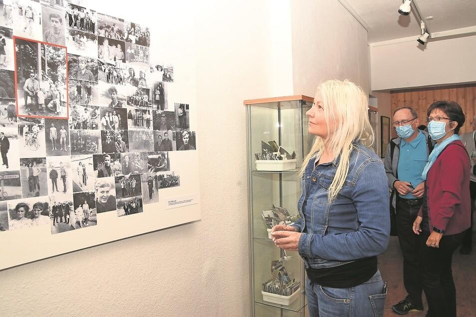 Gabriele Lehnigk schaut sich die Aufnahmen des Hobbyfotografen Kurt Heigwer in der jüngst eröffneten neuen Sonderausstellung im Museum in Sagar an.