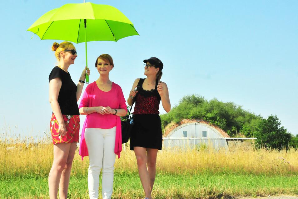 Drei Damen und ein Schirm: Regisseurin Anne Flemming, Moderatorin Beate Werner und Maskenbildnerin Janine Stelling.