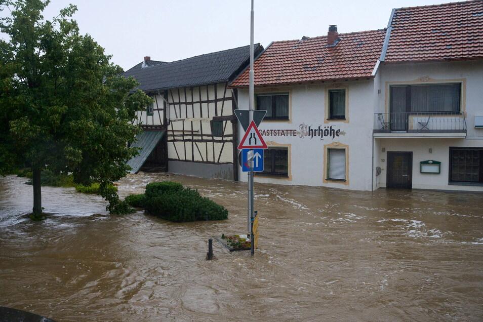 Rheinland-Pfalz, Esch: Die Straßen in Esch (Kreis Ahrweiler) haben sich in reißende Ströme verwandelt.