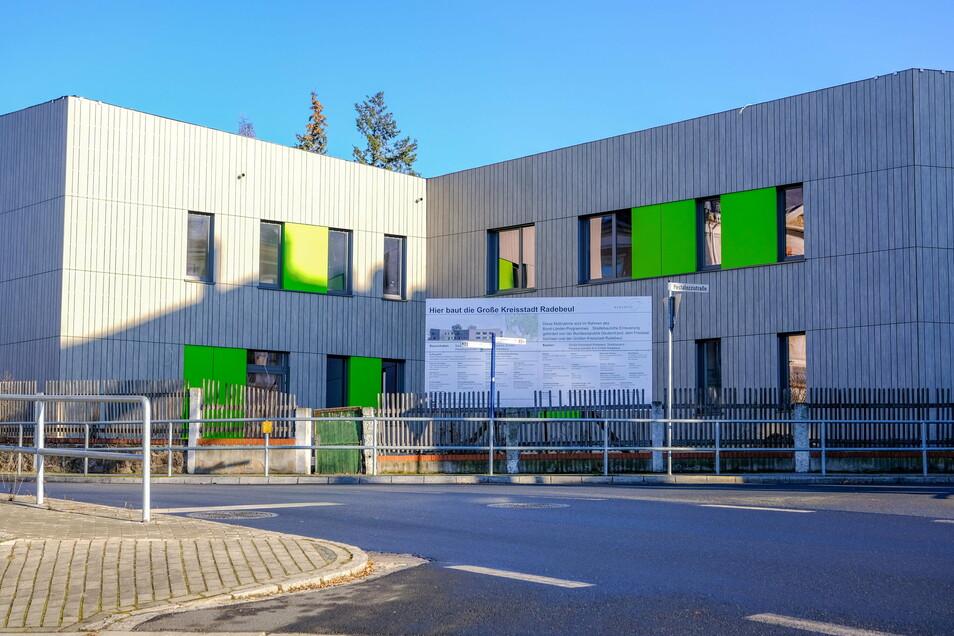 In grau-grüner Farbe präsentiert sich die moderne Fassade des neuen Schillerhorts.