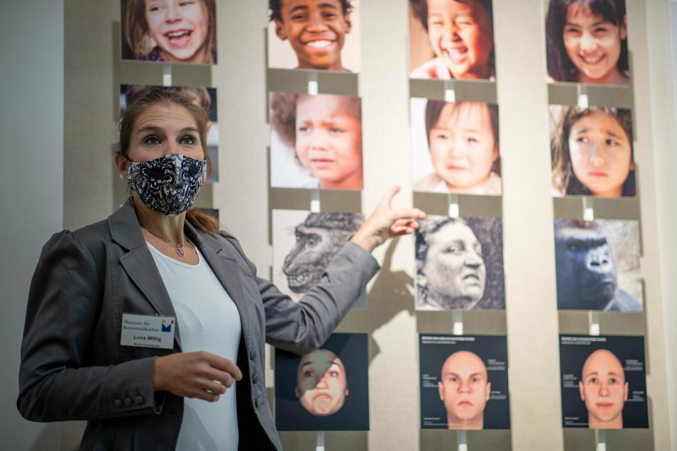 Stimm- und Sprechtrainerin Luna Mittig erläutert Details zur Mimik und Gestik anhand von Porträts im Museum für Kommunikation.