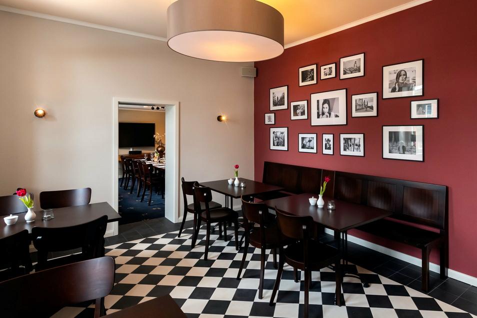 Gleich nach dem Eingangsbereich folgt im Quartier 5 ein Raum mit Cafeteria- und Bistro-Atmosphäre. Ein Seminarraum mit großem Fernseher schließt sich an.