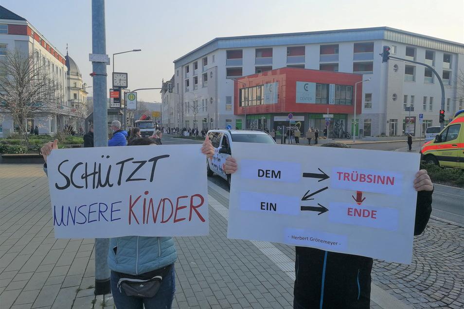 Eltern protestieren entlang der Dresdner Straße in Freital gegen die Corona-Maßnahmen, die die Kinder betreffen.