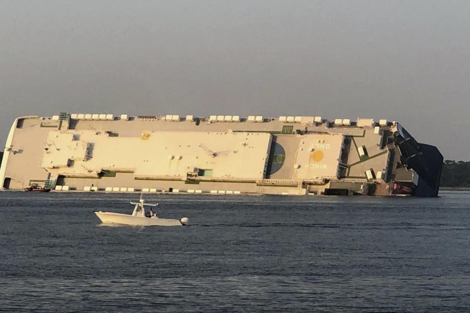"""Das gekenterte Frachtschiff """"Golden Ray"""" liegt mit Schlagseite im Meer."""