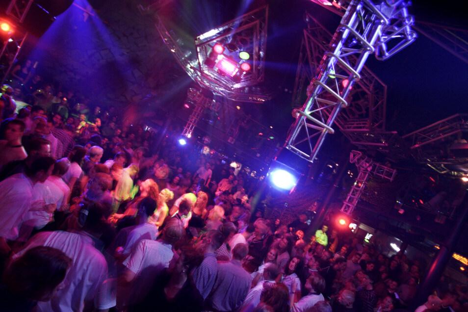 Im November 1998 tanzten noch Tausende im Megadrome. Doch der Erfolg hatte auch Probleme mit sich gebracht: Drogen und Schlägereien sorgten dafür, das auch Polizisten zu den Stammgästen gehörten.