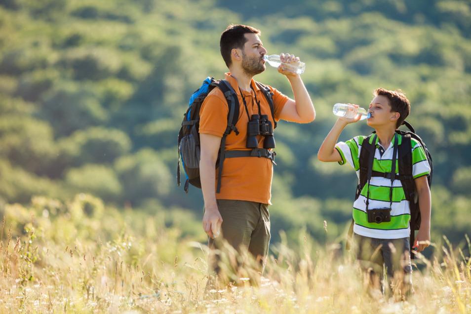 Wer mit Kindern unterwegs ist, sollte alle 20 bis 30 Minuten bewusst Zeit zum Trinken einplanen.