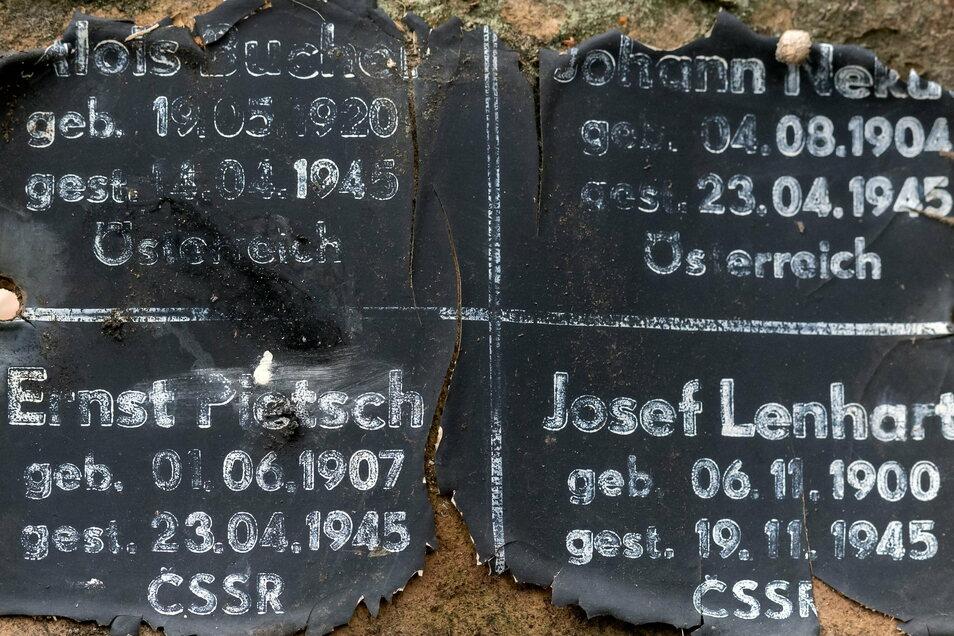 Das alte Schild aus Pressspan: Die Namen der Toten waren fast verblichen.