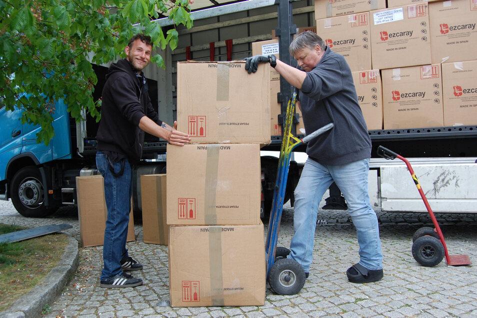 Hoyerswerdas Kino-Chef Toni Züchner (links) half gestern beim Abladen der Kisten mit den neuen Kino-Sesseln. Nach einer Stunde war die Ladefläche leer.