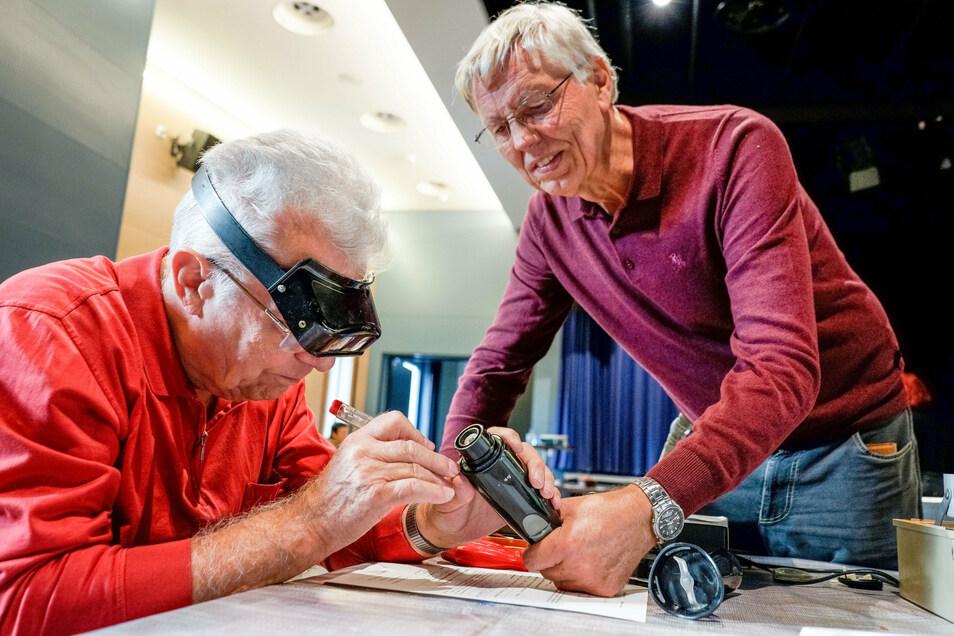 An diesem Handmixer haben Dieter Langer (rechts) und Rainer Klatte von den Ganzmachern lange zu tüfteln. Ob sie ihn wieder zum laufen bekommen?