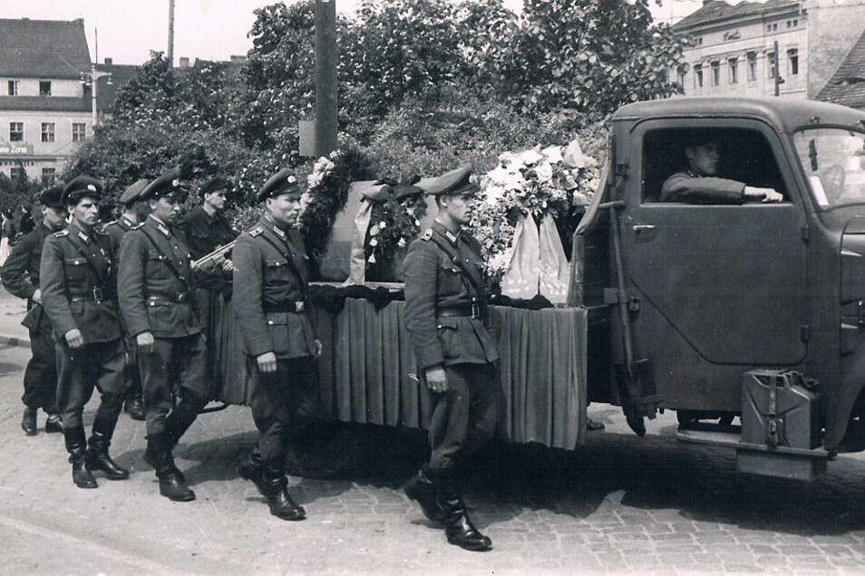 Einer der Toten wurde auf seinem letzten Weg von Uniformierten begleitet, der andere von Zimmerleuten.